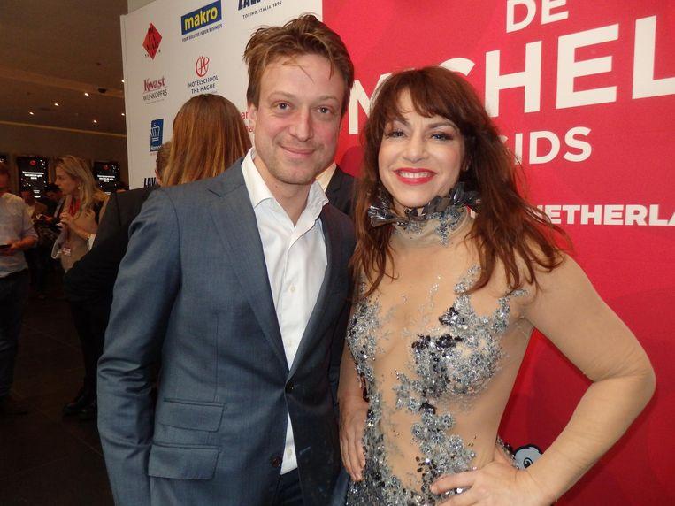 Zangeres Ellen ten Damme, nog in bedrijfskleding, met haar manager Jeroen Blokker Beeld Schuim