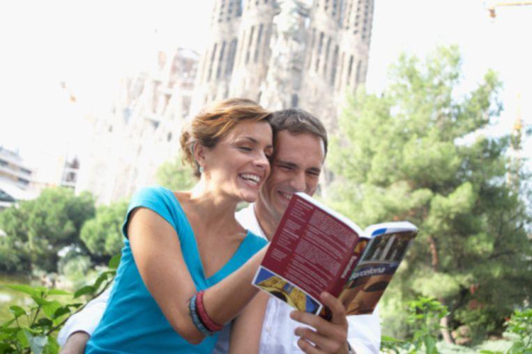 Op de achtergrond de Sagrada Familia van Gaudi Beeld UNKNOWN