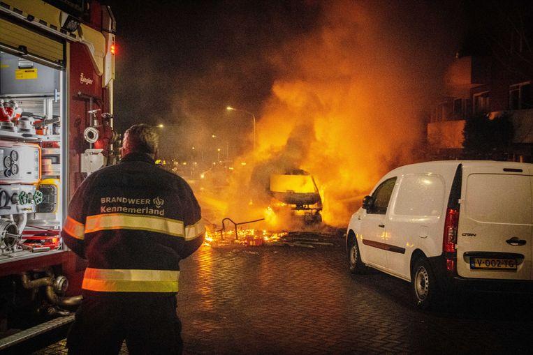 Een auto is in brand gestoken tijdens ongeregeldheden in Haarlem.  Beeld ANP