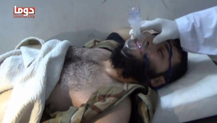 Still uit een video met beelden van strijders aan de beademing na een mogelijke gifgasaanval op Adra. Beeld YouTube