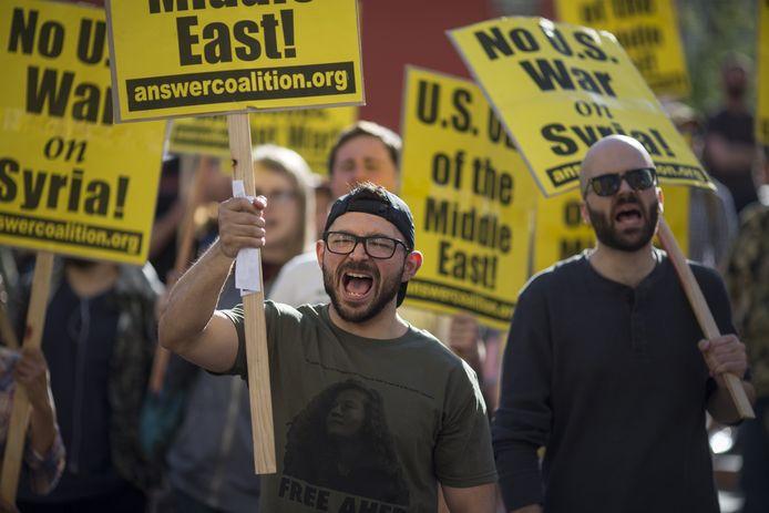 Amerikanen en aanhangers van de Syrische president Al-Assad demonstreerden gisteren in Los Angeles tegen de aanvallen.