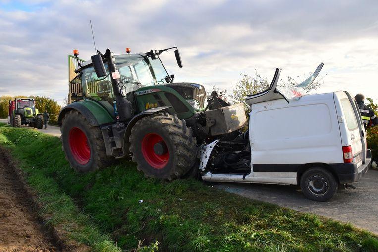 Langs de Nieuwkerkestraat reed een tractor frontaal in op een bestelwagen.