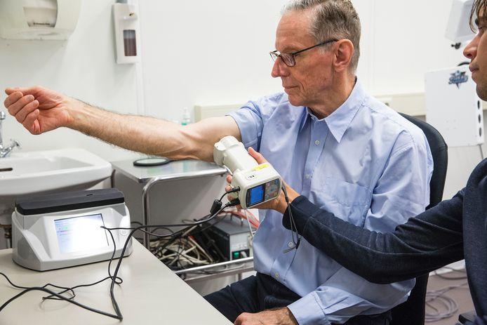Een man wordt in het Rotterdamse Erasmusziekenhuis gecontroleerd op huidkanker.