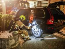 Auto raakt beschadigd aan achterkant bij autobrand in Dordrecht