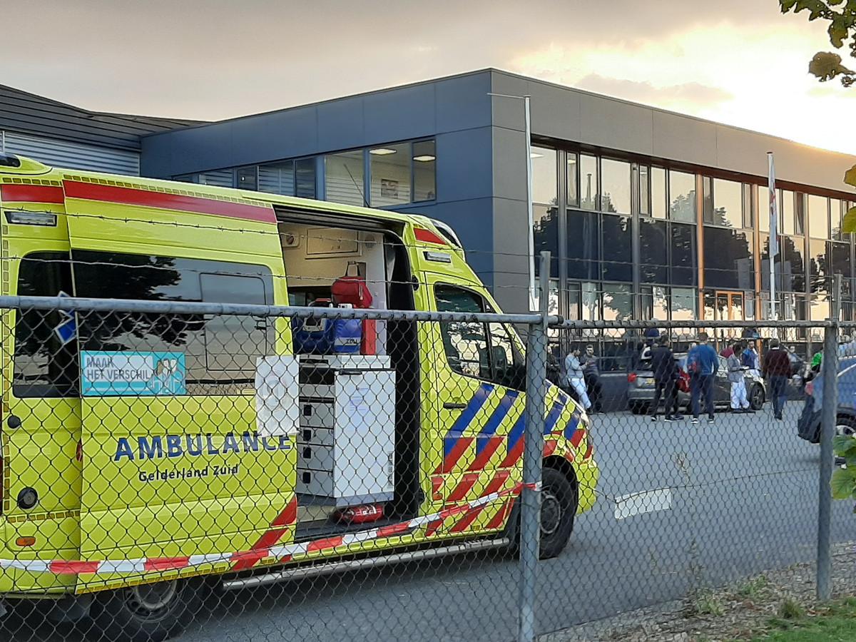De hulpverlening in volle gang bij vleesfabriek Henri van de Bilt aan de Goudwerf in Beuningen