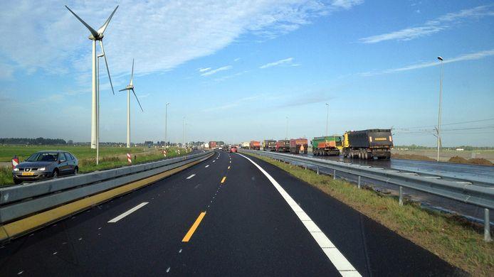 Langs de snelweg A15 bij het Betuwse Echteld staan windmolens in een landschap dat veel lijkt op de omgeving van de A73 tussen Nijmegen, Wijchen en Beuningen.
