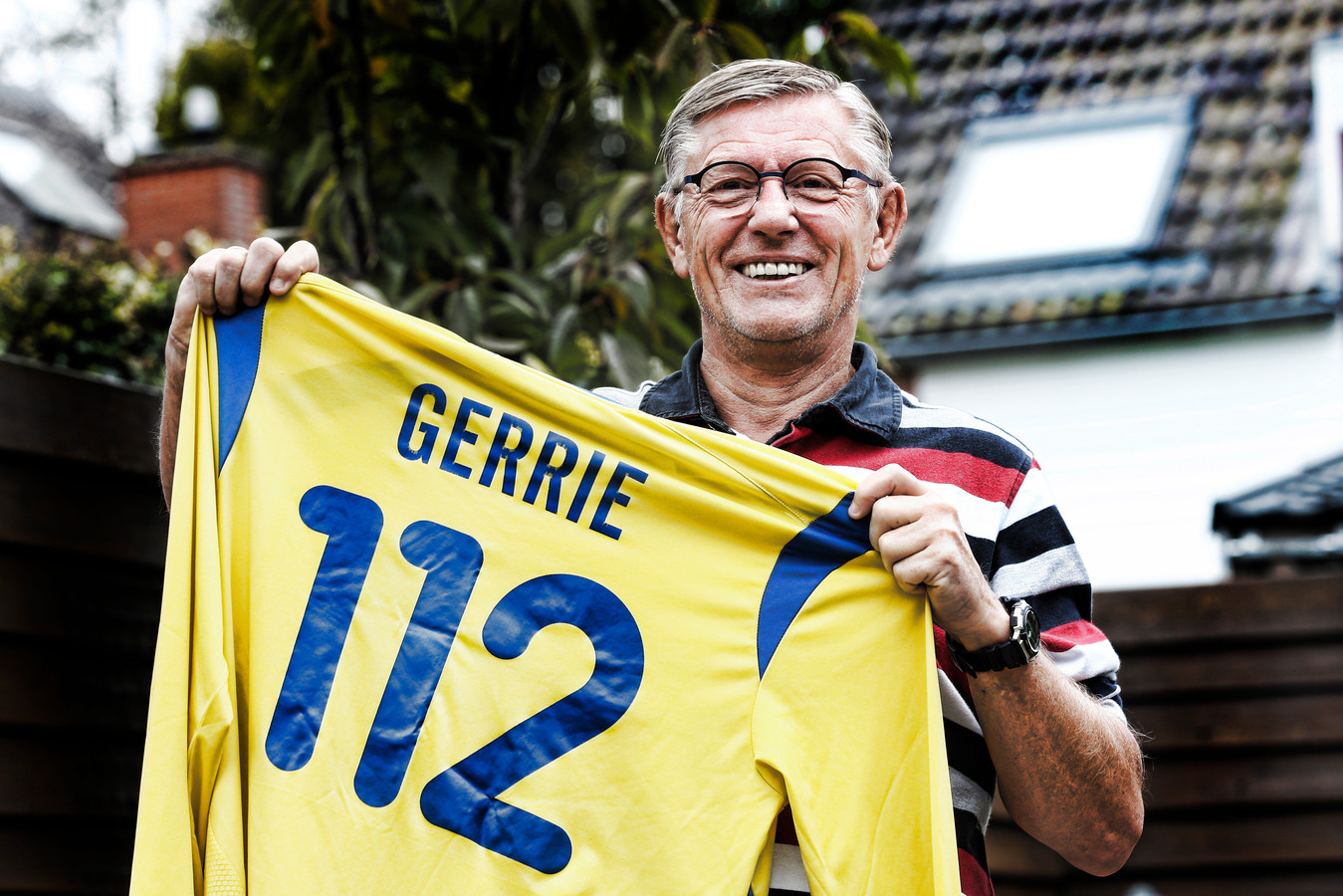 """Gerrie van der Linden met het shirt dat hij vijf jaar geleden kreeg. ,,Soms vraagt iemand uitdagend: Je rugnummer, is dat jouw leeftijd?"""""""