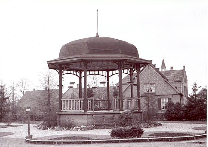 Het bestuur van Fanfare Concordia in Berghem besloot op 30 juni 1941 om voor 250 gulden een muziekkiosk van Grave aan te kopen. Het wist nog 40 gulden van de prijs af te krijgen. Op 18 juli 1972 werd de kiosk gesloopt om plaats te maken voor het nieuwe raadhuis Berghem.