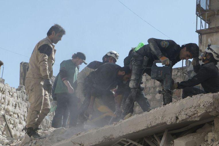 Ismail Alabdullah (links) tijdens zijn werkzaamheden voor de White Helmets. Beeld White Helmets
