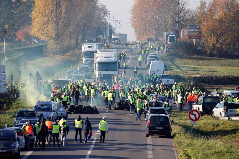 Een blokkade op een weg van Parijs naar Brussel in Haulchin, op ongeveer 10 kilometer van de grens met België. Beeld REUTERS