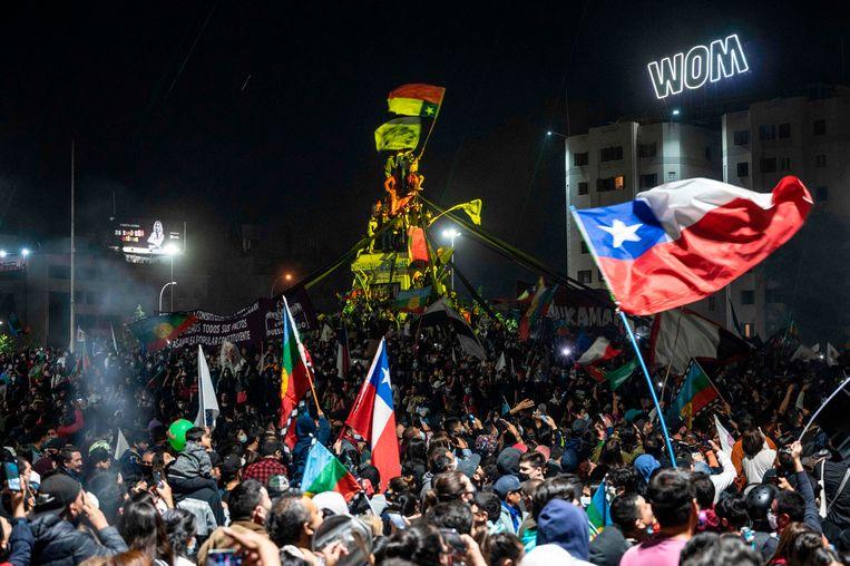 Chilenen in Santiago vieren feest vanwege de uitslag van het referendum. Beeld AFP
