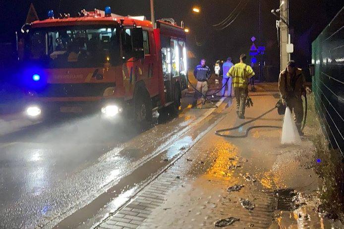 De brandweer had heel wat werk om het centrum van Sint-Lievens-Houtem opnieuw fatsoenlijk te maken.