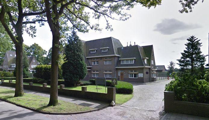 Vooraanzijde voormalig KMAR Post aan de Doctor Batenburglaan 178-182 te Breda. Al in 2013 verliet de marechaussee het pand. Nog even was het in beeld als huisvestinglocatie voor asielzoekers, nu staat het te koop.