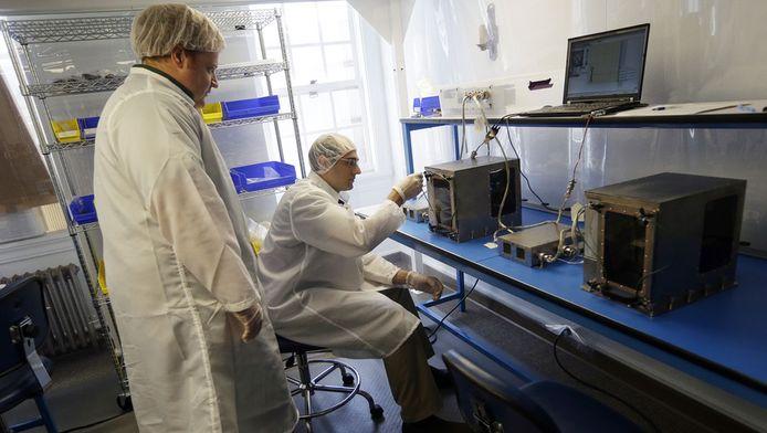 Projectmanager Matthew Napoli en onderoeksdirecteur Michael Snyder testen een 3D-printer voor gebruik in de ruimte.