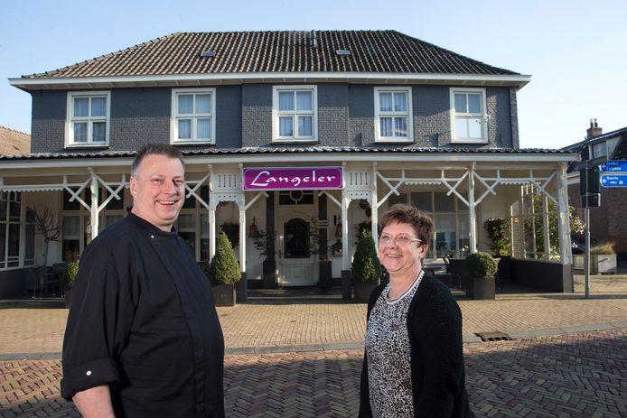 Hans en José Langeler voor het gelijknamige horecabedrijf in de Spalstraat in Hengelo.