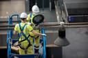 Deze week werd de verlichting opgehangen die de historische binnengevel van het koninklijk balkon moet oplichten.