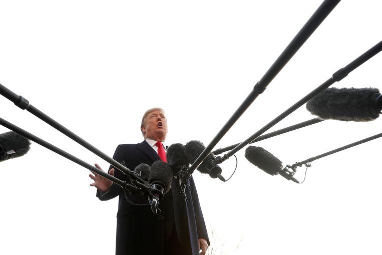 De Amerikaanse president spreekt de pers toe in Washington.