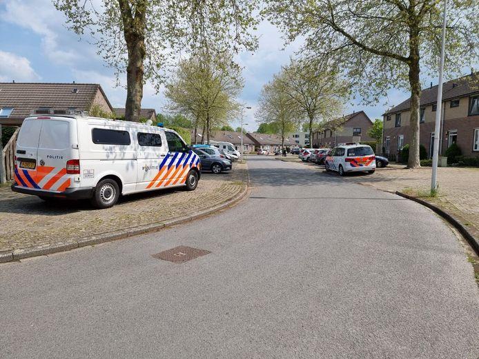 Veel politie tijdens inzet van een arrestatieteam aan de Wezelstraat in Hengelo. Een man werd uiteindelijk gearresteerd.