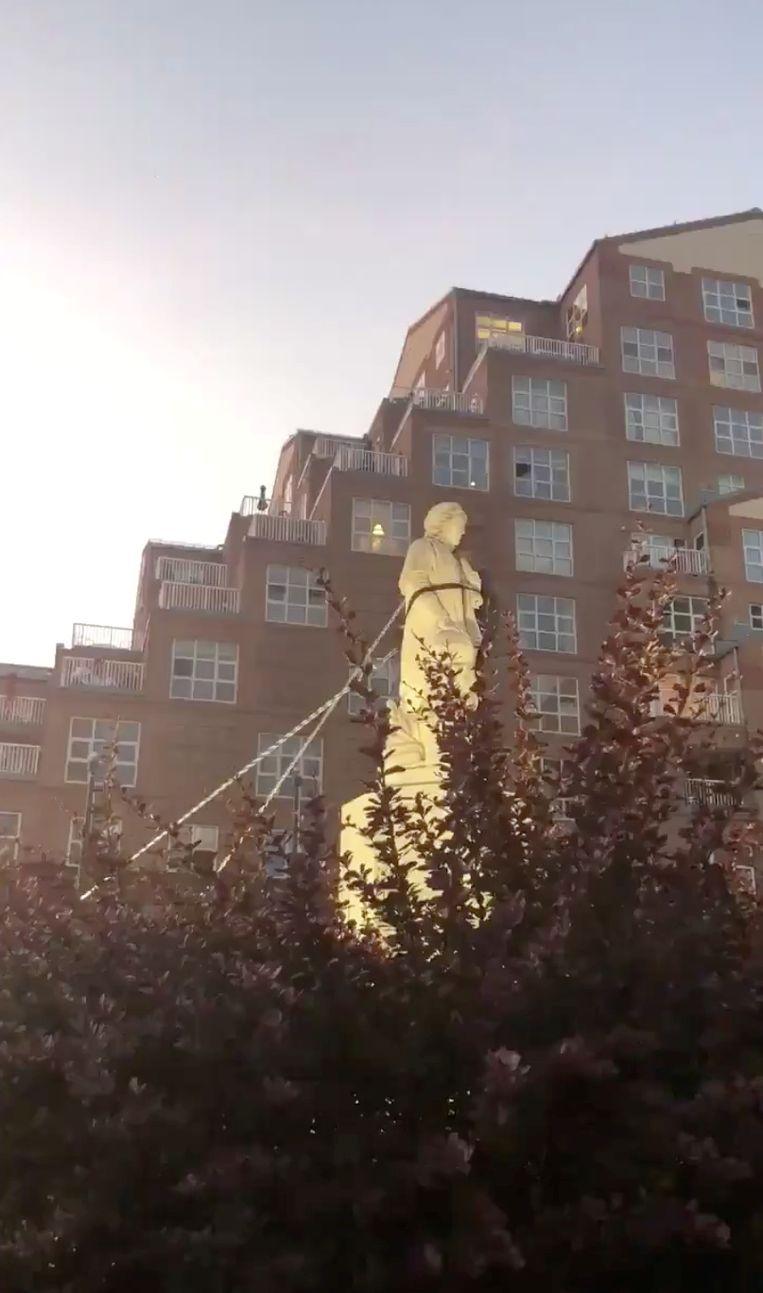 Anti-racismebetogers trekken in Baltimore een standbeeld van Columbus van zijn sokkel. Beeld Spencer Compton via REUTERS