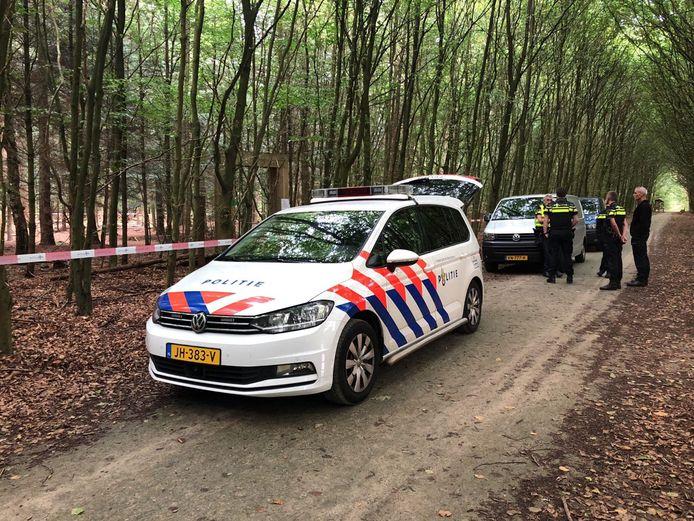 De politie deed onderzoek naar een gevonden schedel in een bos bij Putten.