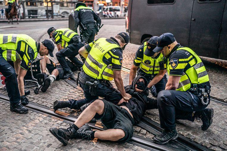Arrestaties van activisten die na het Woonprotest in Amsterdam een pand wilden kraken. Beeld Joris van Gennip