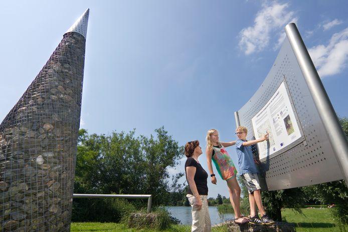 Op een toeristisch overstappunt (TOP) is informatie over de streek te vinden. Een TOP is te herkennen aan de met stenen gevulde kegel. Infocentrum IJssel Den Nul wordt een TOP-locatie (archieffoto).