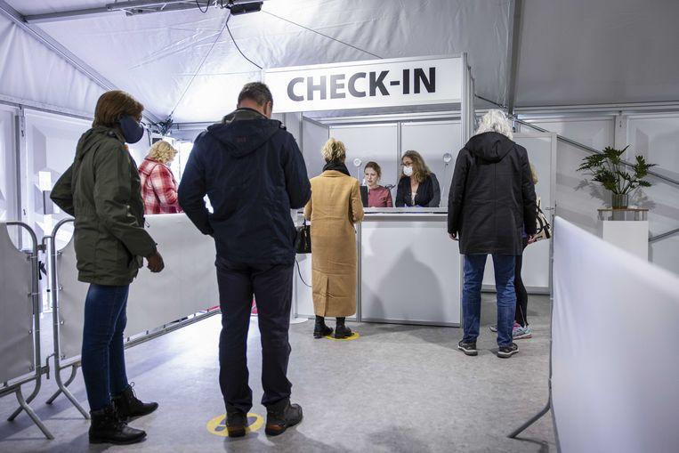 Mensen laten zich testen in de teststraat bij de Keukenhof voor het proefevenement. Bezoekers moeten uiterlijk 40 uur voorafgaand aan hun bezoek getest worden.  Beeld ANP