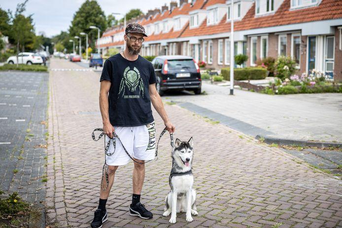 Jongerenwerker Henk Zeven met hond Shadow in Emmeloord.