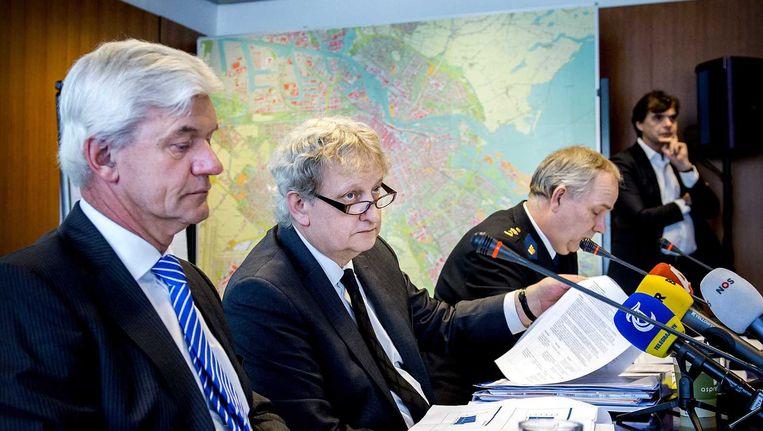 Hoofdofficier van Justitie, Theo Hofstee, burgemeester Eberhard van der Laan en politiechef Pieter-Jaap Aalbersberg tijdens het presentatie van de Amsterdamse veiligheidscijfers van 2014. Beeld anp