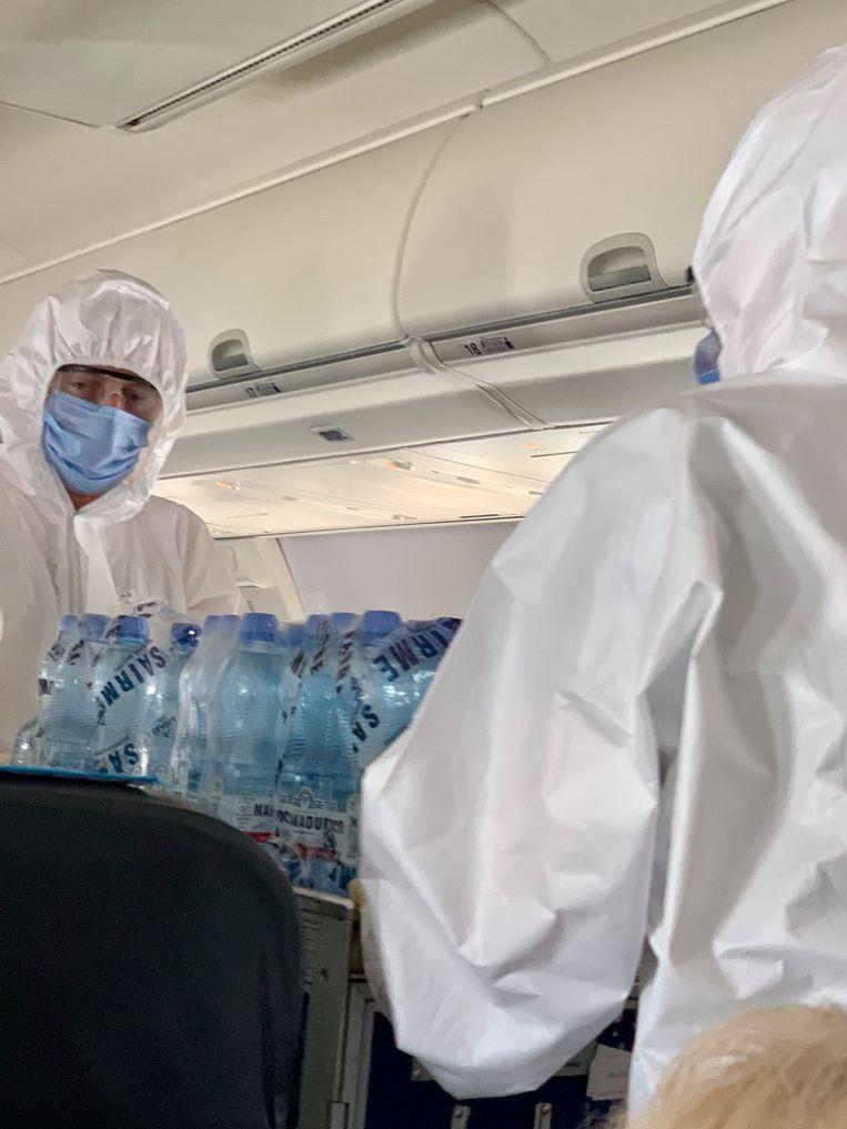 Aan boord van de Boeing 737-800 draagt het cabine-personeel medische kleding. Beeld Ton Damen