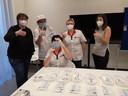 Voorzitter Lien Deblaere (uiterst links) samen met het vaccinatieteam:vlnr coördinerend en raadgevend arts Martin Poot, hoofdverpleegkundigen Katrien Verbeerst (zittend), Brenda Samyn  en Emma Callens (administratief medewerker)