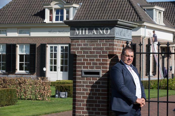 Bennie Roozegaarde voor zijn landhuis aan de Halseweg. Foto Theo Kock