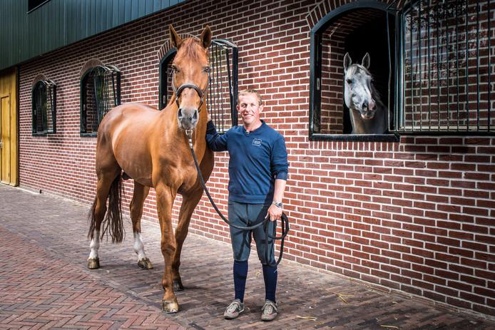 Gerco Schröder en Glock's London, voor de stallen in Tubbergen. Het paard neemt tijdens CSI Twente afscheid van de sport.