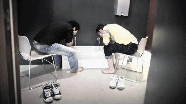 Timur en Emin in de rituele wasruimte die de Hogeschool in een hoekje van de garderobe inrichtte. (HERMAN ENGBERS) Beeld