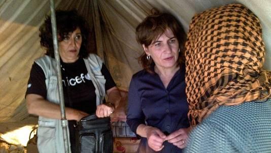 Minister Lilianne Ploumen van Buitenlandse Handel en Ontwikkelingssamenwerking praat met vluchtelingen tijdens een bezoek aan de Syrische grens in Libanon