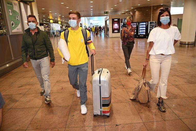 Evenepoel met zijn ouders op de luchthaven. Beeld BELGAPLUS