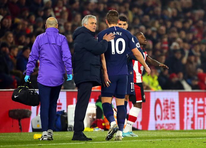 Harry Kane verlaat het veld met een hamstringblessure op nieuwjaarsdag in Southampton.
