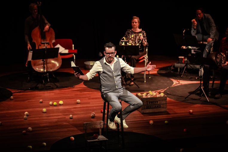 Schrijver Bart Moeyaert bij het Nederlands Blazers Ensemble. Beeld Peter Lodder