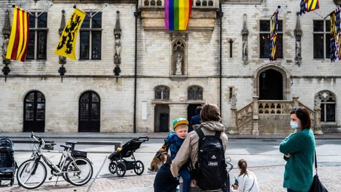 Regenboogvlag wappert aan stadhuis op Grote Markt