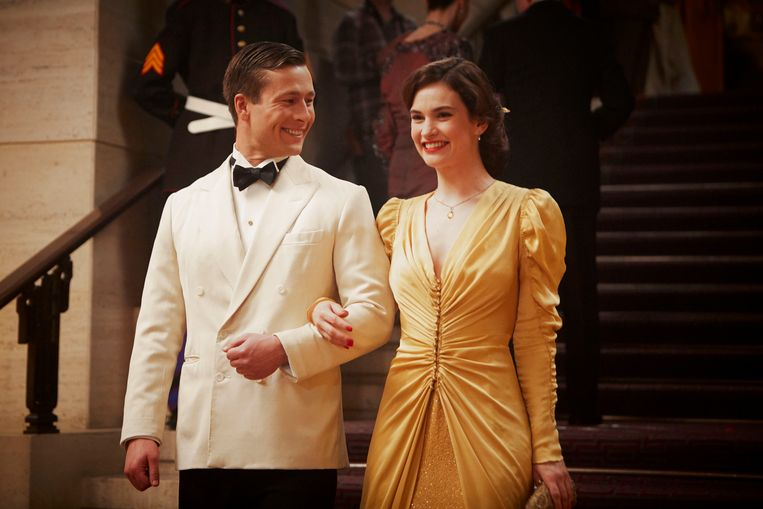 Glen Powell als Mark Reynolds en Lily James als Juliet Ashton in The Guernsey Literary and Potato Peel Pie Society (2018) Beeld RV