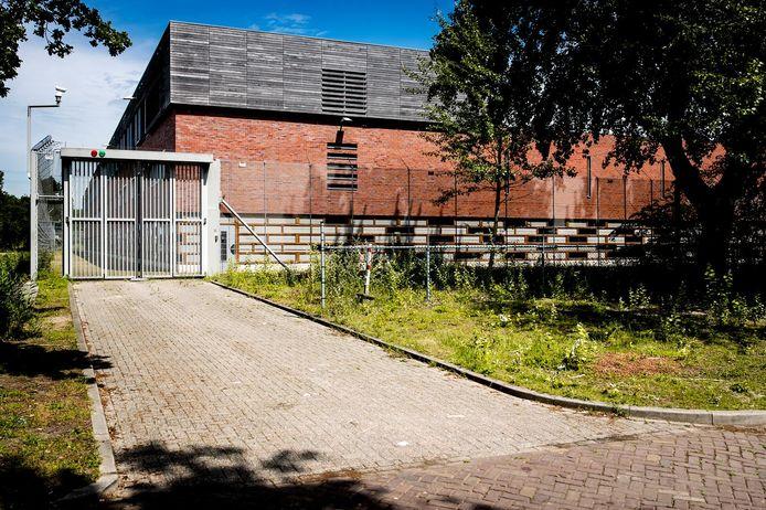 Exterieur van de voormalig jeugdgevangenis Amsterbaken, waar een aso-azc gevestigd is.