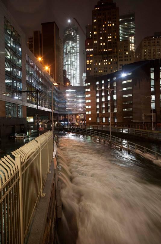 Water baant zich naar binnen in de Battery Tunnel in Manhattan.