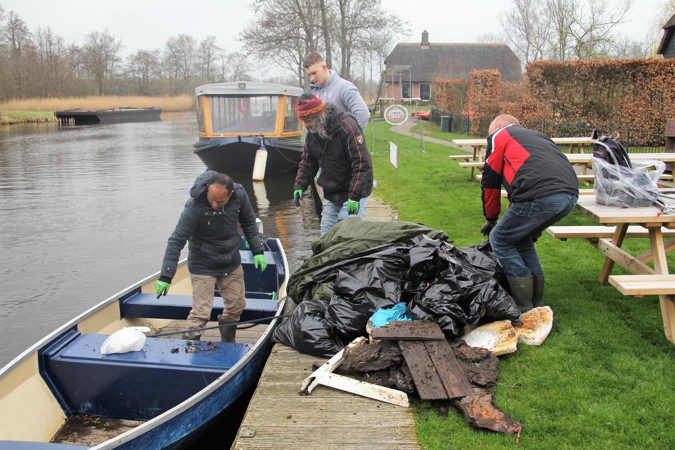 Zo'n tachtig vrijwilligers deden zaterdag mee aan een schoonmaakactie in de Wieden.