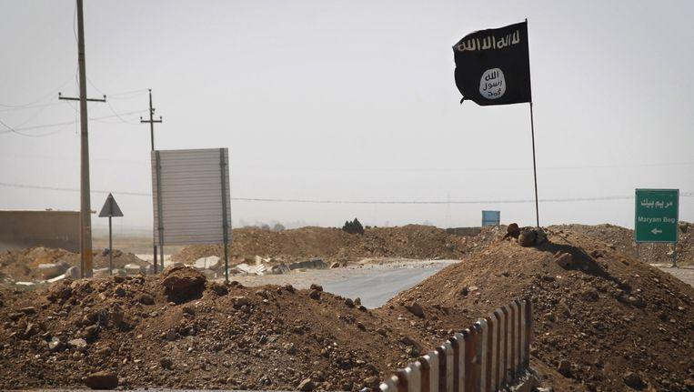 De vlag van Islamitische Staat (IS) wappert aan de frontlijn in Rashad, Irak.