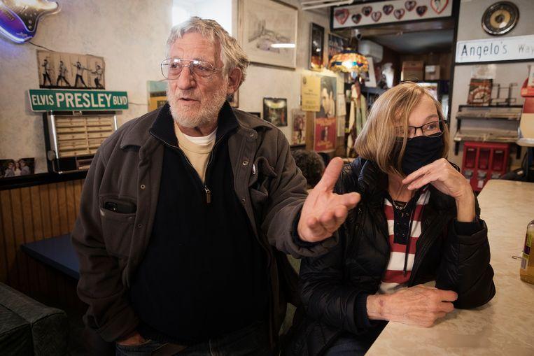 Len Bafundo (75) en zijn vrouw Jamie (71) aan de bar van Angelo's Kitchenette. Len voetbalde met Biden op de middelbare school. Beeld