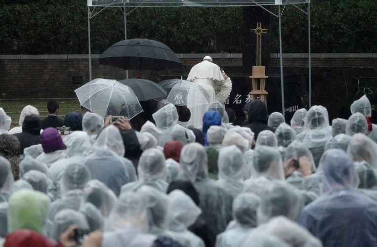 Paus Franciscus legt een krans bij het Atomic Bomb Hypocenter Park in Nagasaki. Beeld EPA