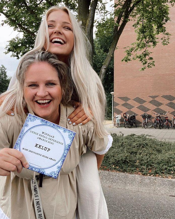 Voorop Sandra Kemkens. Trots op hun prijs: meest innovatieve jonge winkel van Nederland.