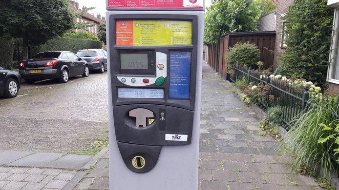 Ook bij de parkeerautomaat op de hoek Mauritsstraat-Boulevard is de pin-invoer afgesloten met een metalen plaatje.