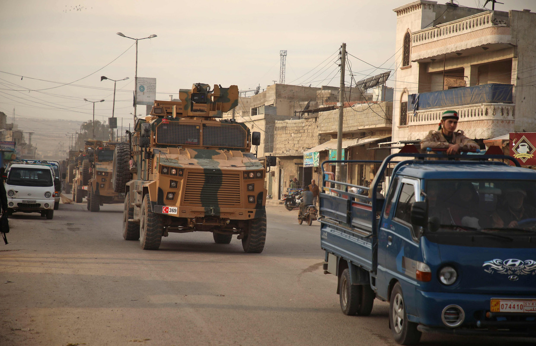 Turkse militaire voertuigen, op weg van Aleppo naar het zuiden van de provincie Idlib.