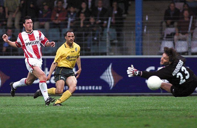 Een moment uit de wedstrijd Fortuna Sittard - PSV in 1999. Regilio Simons maakt hier de 3-1 voor Fortuna. Chris van der Weerden is te laat.